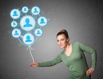 Frau, die Ballon des Sozialen Netzes hält Lizenzfreie Stockfotos