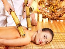 Frau, die Bambusmassage erhält. Stockfotos