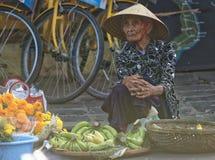 Frau, die Bananen, Hoi An, Vietnam verkauft Stockfoto