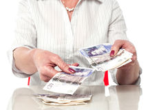 Frau, die Banknoten zählt Stockfoto
