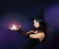Frau, die Bann mit magischer Feuerkugel bildet stockbilder