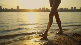 Frau, die barfuß auf Strand geht stock video footage