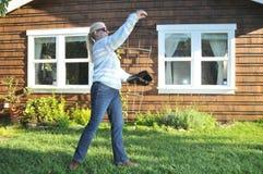 Frau, die Baseballfang im Hinterhof spielt stockbilder