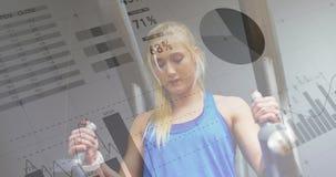 Frau, die Beinaufzüge in der Turnhalle 4k tut vektor abbildung