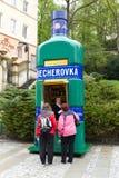 Frau, die berühmtes Getränk Becherovka verkauft Lizenzfreies Stockfoto