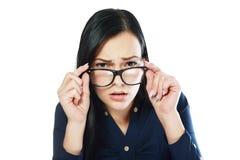 Frau, die über Gläsern schaut Stockbilder