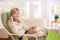 Frau, die über Mobiltelefon spricht Lizenzfreies Stockbild