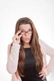 Frau, die über Spitze von Gläsern schaut Lizenzfreie Stockfotografie