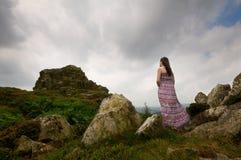 Frau, die Berg betrachtet lizenzfreie stockbilder