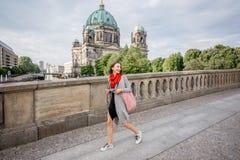 Frau, die in Berlin reist lizenzfreie stockfotos