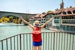 Frau, die in Bern-Stadt reist Stockfoto