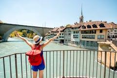Frau, die in Bern-Stadt reist Lizenzfreies Stockbild
