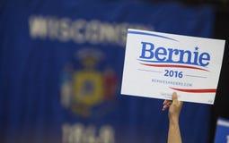 Frau, die Bernie Sanders Political Sign hält Lizenzfreie Stockfotos