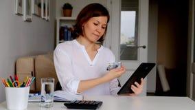 Frau, die Bestellung über das Internet, online zahlend macht stock footage