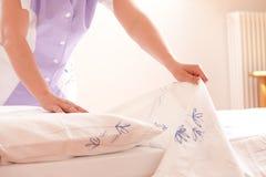 Frau, die Bett bildet Lizenzfreie Stockfotos