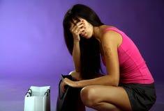 Frau, die Beutel betrachten und sehr müdes nach dem Einkauf Lizenzfreie Stockfotos