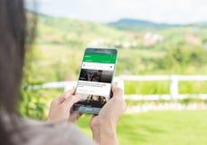 Frau, die bewegliche apps zu 7 Minuten verwendet stockfotografie