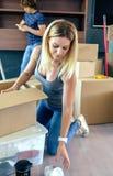 Frau, die bewegliche Kästen auspackt lizenzfreie stockfotos