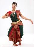 Frau, die bharatanatyam Tanz durchführt stockfoto