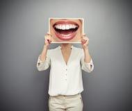 Frau, die Bild mit großem Lächeln hält Stockbilder