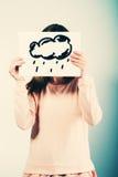 Frau, die Bild mit Wolkenregen hält Lizenzfreies Stockfoto