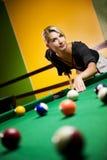 Frau, die Billiarde spielt Lizenzfreie Stockbilder