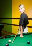 Frau, die Billiarde spielt Lizenzfreies Stockfoto