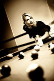Frau, die Billiarde spielt Stockfotografie