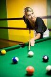 Frau, die Billiarde spielt Lizenzfreie Stockfotos