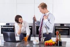 Frau, die Bindung für ihren Partner wählt Lizenzfreies Stockbild