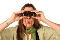 Frau, die Binokel verwendet Stockfotos
