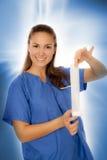 Frau, die blaue Bluse trägt Stockfotografie