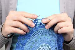 Frau, die blaue Musternahaufnahme strickt Stockfotografie
