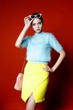 Frau, die blauen und gelben Stoff trägt Lizenzfreie Stockbilder