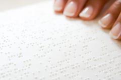Frau, die Blindenschrift liest Stockbilder