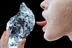 Frau, die Block des Eises leckt Stockbild