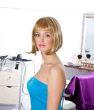 Frau, die blonde Perücke trägt Stockbild