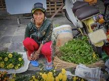 Frau, die Blumen, Hoi An, Vietnam verkauft stockfotografie