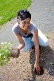 Frau, die Blumen pflanzt Lizenzfreie Stockbilder