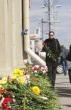 Frau, die Blumen zur Oktyabrskaya Station holt Stockfoto