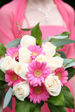 Frau, die Blumenstrauß anhält Stockbild