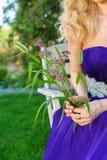 Frau, die Blumenstrauß von Wildflowers hält Stockbilder