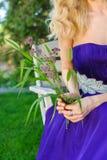 Frau, die Blumenstrauß von Wildflowers hält Stockbild
