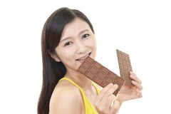 Frau, die Bonbons isst stockfotografie