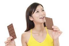 Frau, die Bonbons isst stockfoto