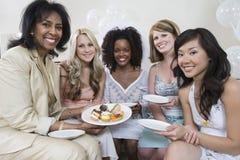 Frau, die Brautdusche mit Freunden feiert Stockfoto