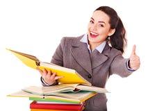 Frau, die Buch hält. Lizenzfreies Stockfoto