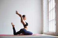 Frau, die Übung auf Yogamatte tut Stockbilder
