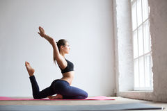 Frau, die Übung auf Yogamatte tut Lizenzfreie Stockfotografie