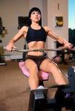 Frau, die Übungen an der Gymnastik tut Stockbild